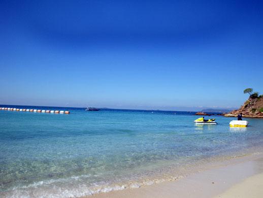 パタヤの海とは比較にならないほどラン島は綺麗な海