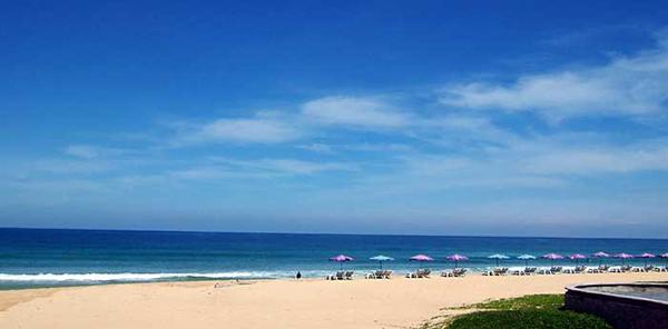 まっすぐ伸びる白い砂浜。当時、波乗りは少し厳しそうでした。
