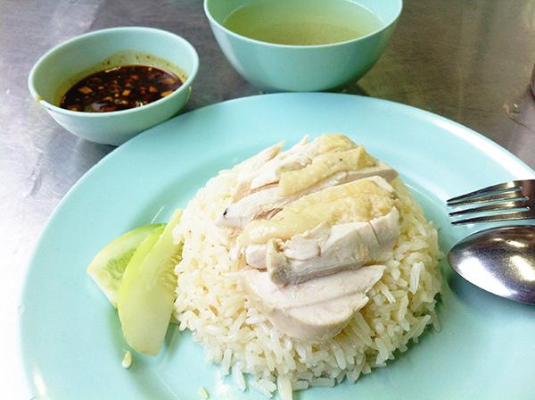 タイのガイトートプラトゥームにて、器とか美味しそうじゃないんですが、味は最高です!昼時は座るにに苦労するくらい人気のお店。