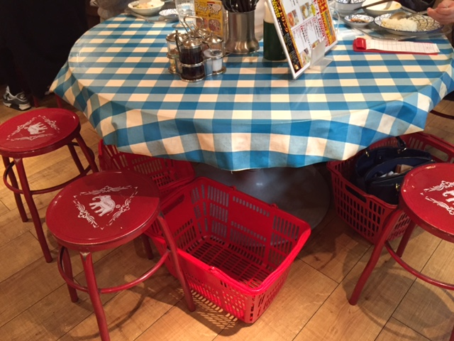 タイの屋台を思わせるテーブル席