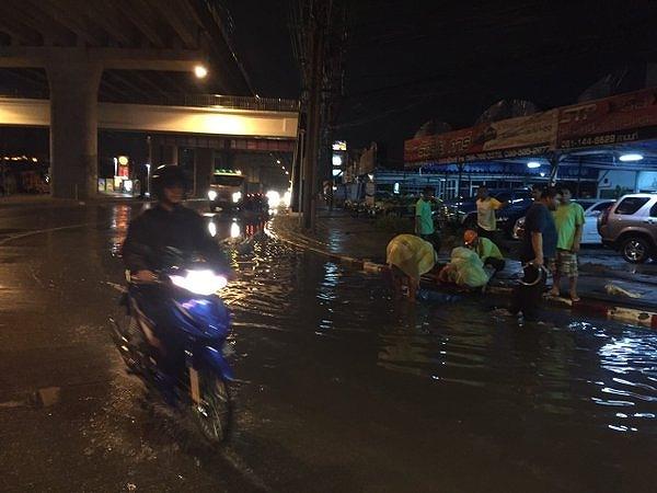 今日バンコクで雨による洪水  写真:タイ警察
