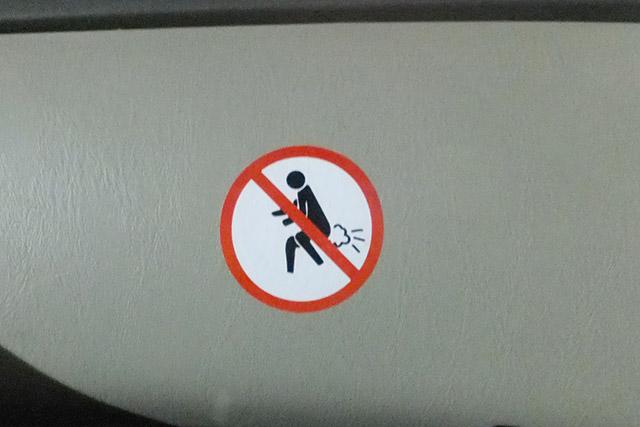 タクシーのダッシュボードに貼ってありました。おなら禁止かな・笑