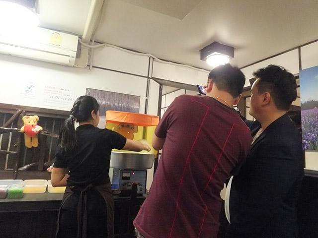 タイ人ブロガーがカメラと動画で撮影